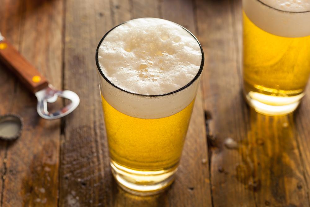 Pintje bier met mooie schuimkraag en opener