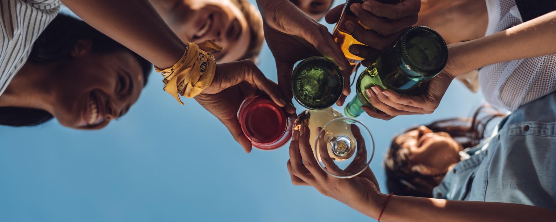 Vrienden klinken met verschillende soorten drankjes